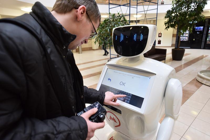莫斯科地鐵在二號啟用一款迎賓機器人,會打招呼、說笑話,還能替乘客拍照。(東方IC)