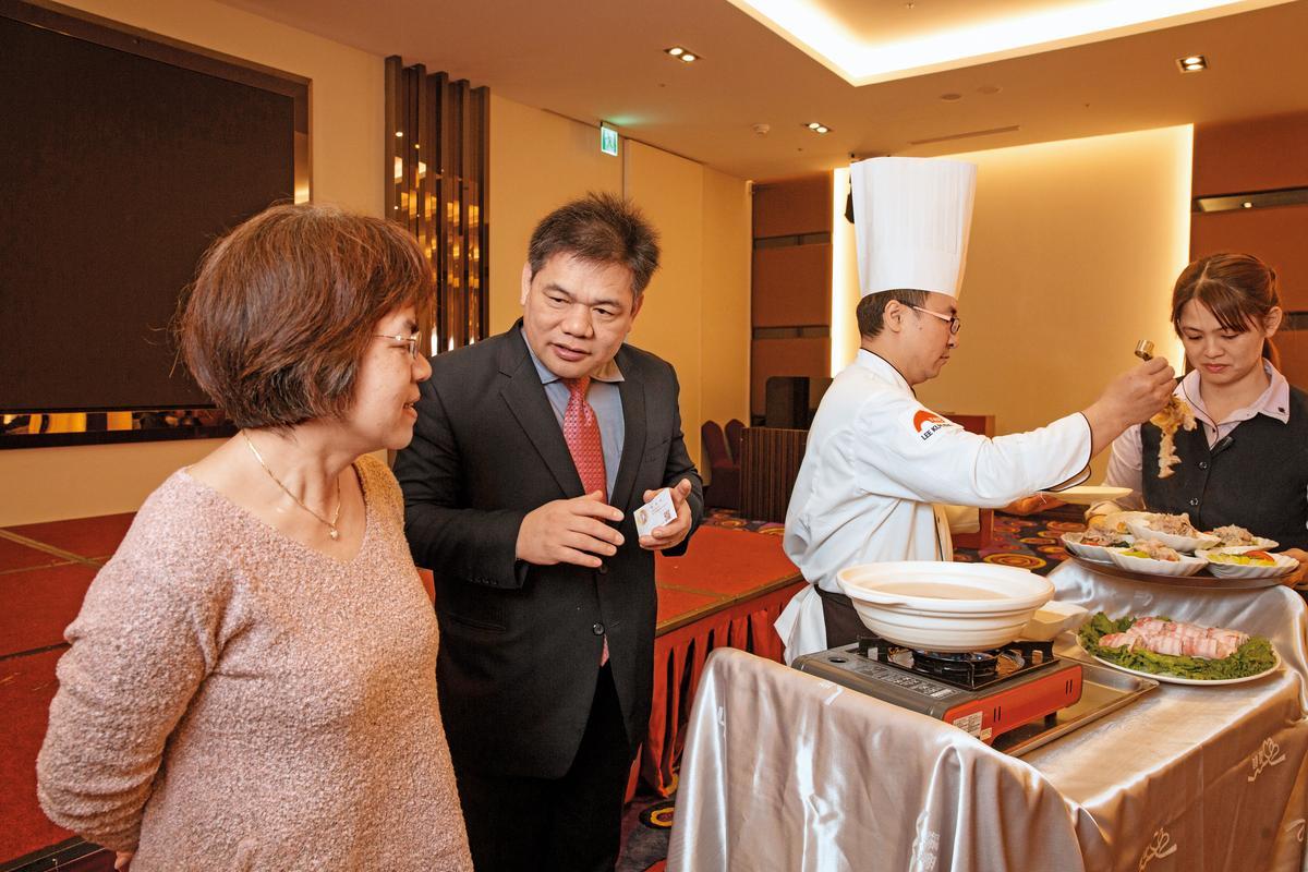 平日的聚餐宴席若得空,林志成(左2)會請主廚在顧客面前上演桌邊秀,也邊講解食材與手法。