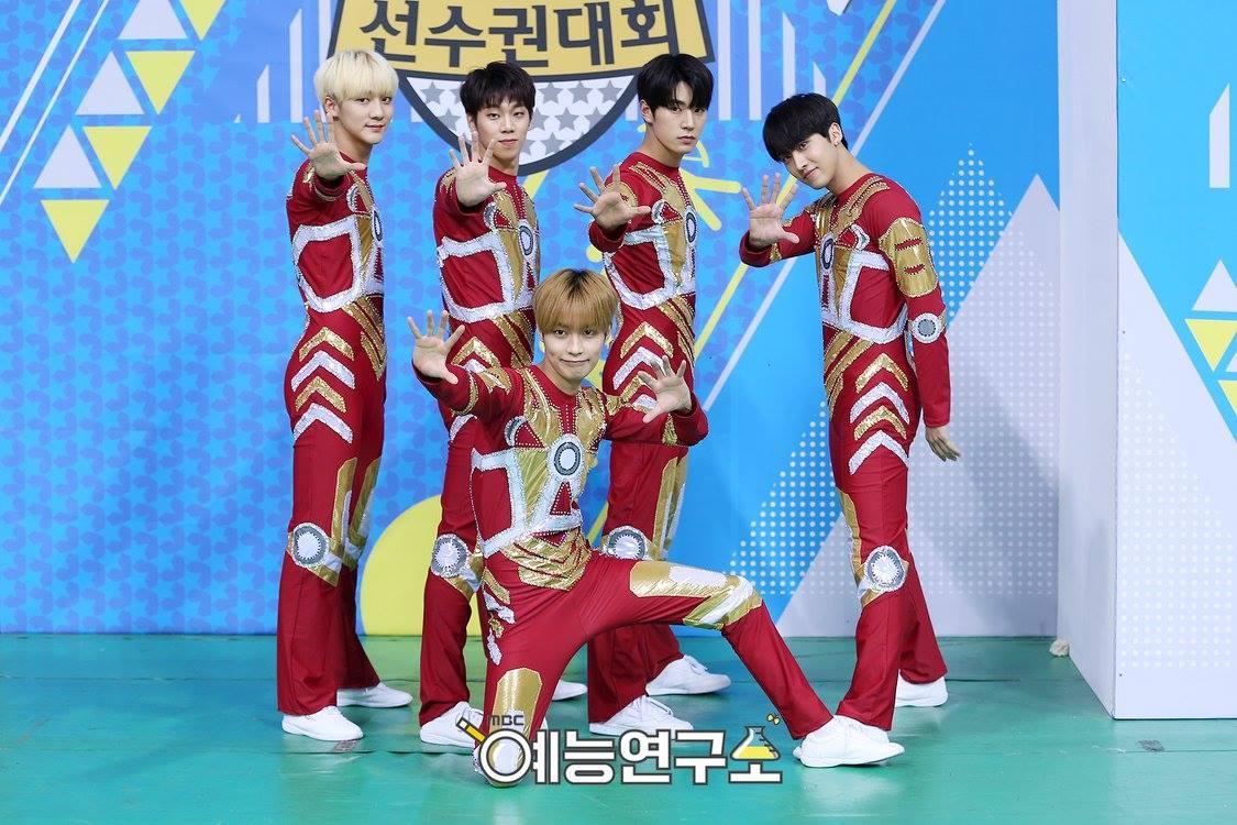 KNK在偶像運動會以火紅裝扮出席男子體操表演。(網路圖片)
