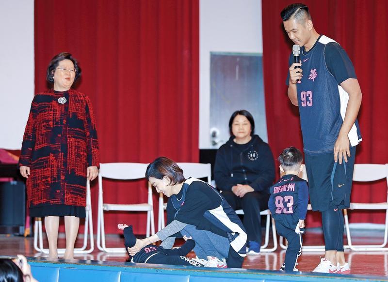 兒子躺在地上,讓陳建州范瑋琪有點尷尬。