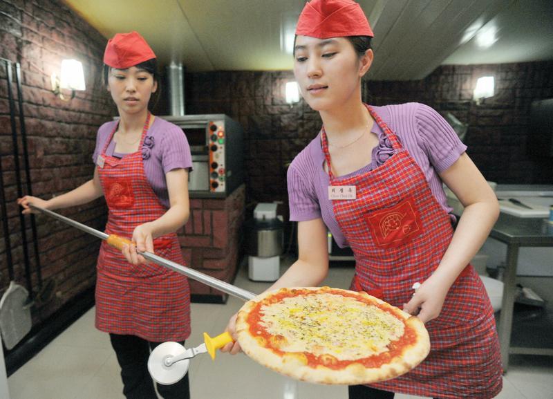 平壤的新貴階級熱愛歐洲美食,披薩店和咖啡館在平壤早已不稀奇,圖為當地一間披薩店。(東方IC)