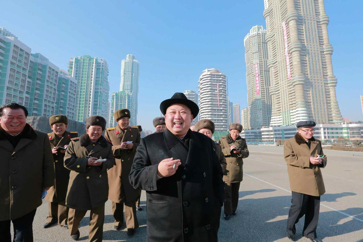 金正恩視察平壤黎明街的建築工事,他誇口要在本區蓋起一系列的摩天大樓。(東方IC)