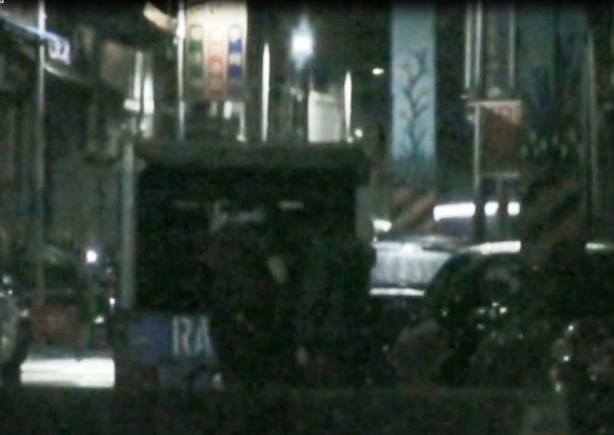 徐、黃二嫌將小貨車上的毒品搬下車,被警方跟監埋伏逮捕。