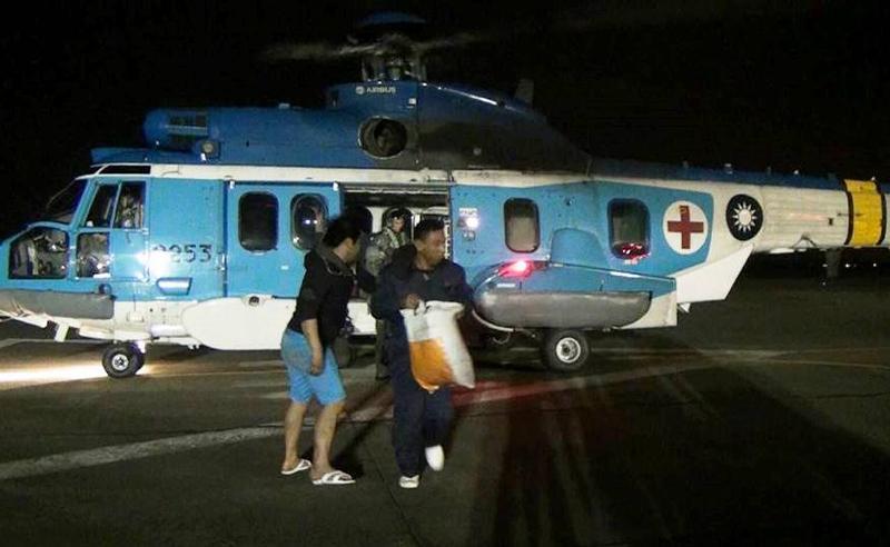 海象惡劣導致救援船艦無法靠近,改由直升機以吊掛方式援救。