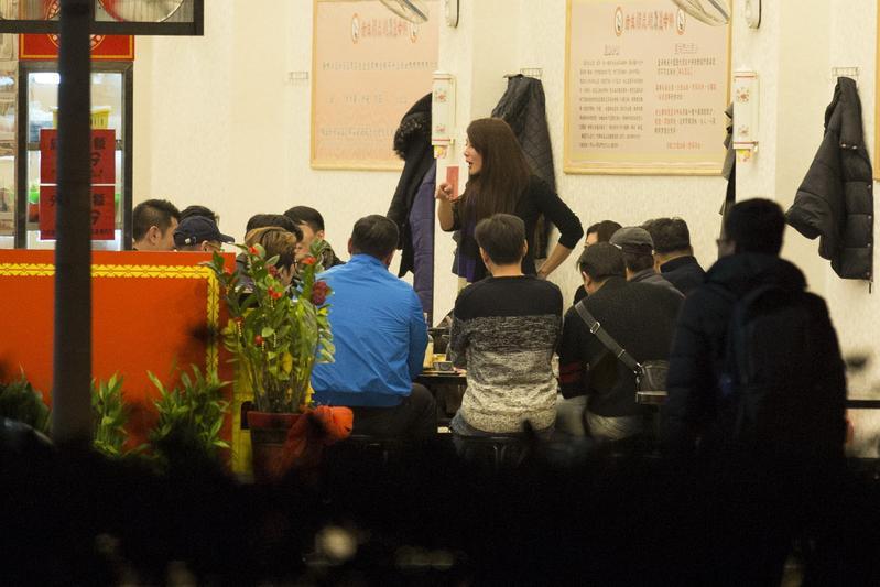 邱惠美神隱近1個月後,遭本刊直擊與14名男伴嗑鍋。