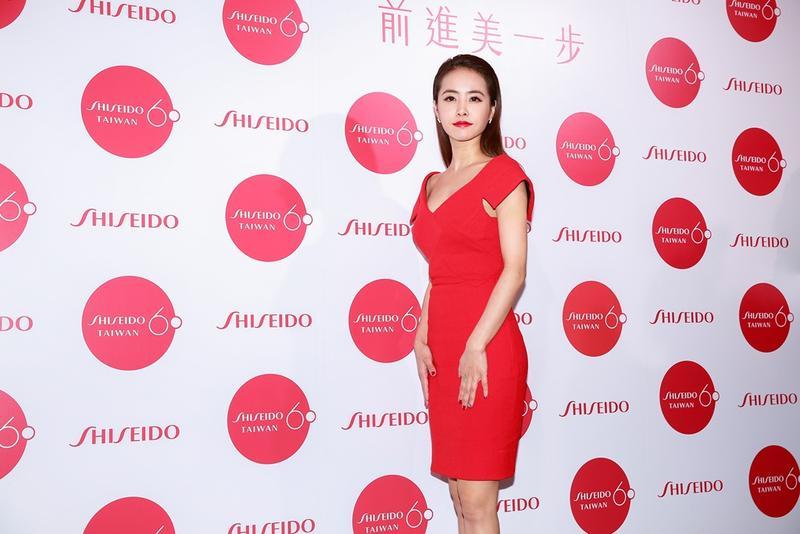 蔡依林以紅唇紅衣,出席自己擔任代言人的資生堂60周年記者會。