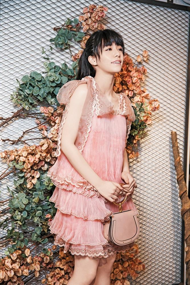 Chloé春夏淺粉色真絲烏干紗洋裝。NT$286,200/Nile金屬提把餅乾粉小牛皮麂皮中型手包。NT$51,000