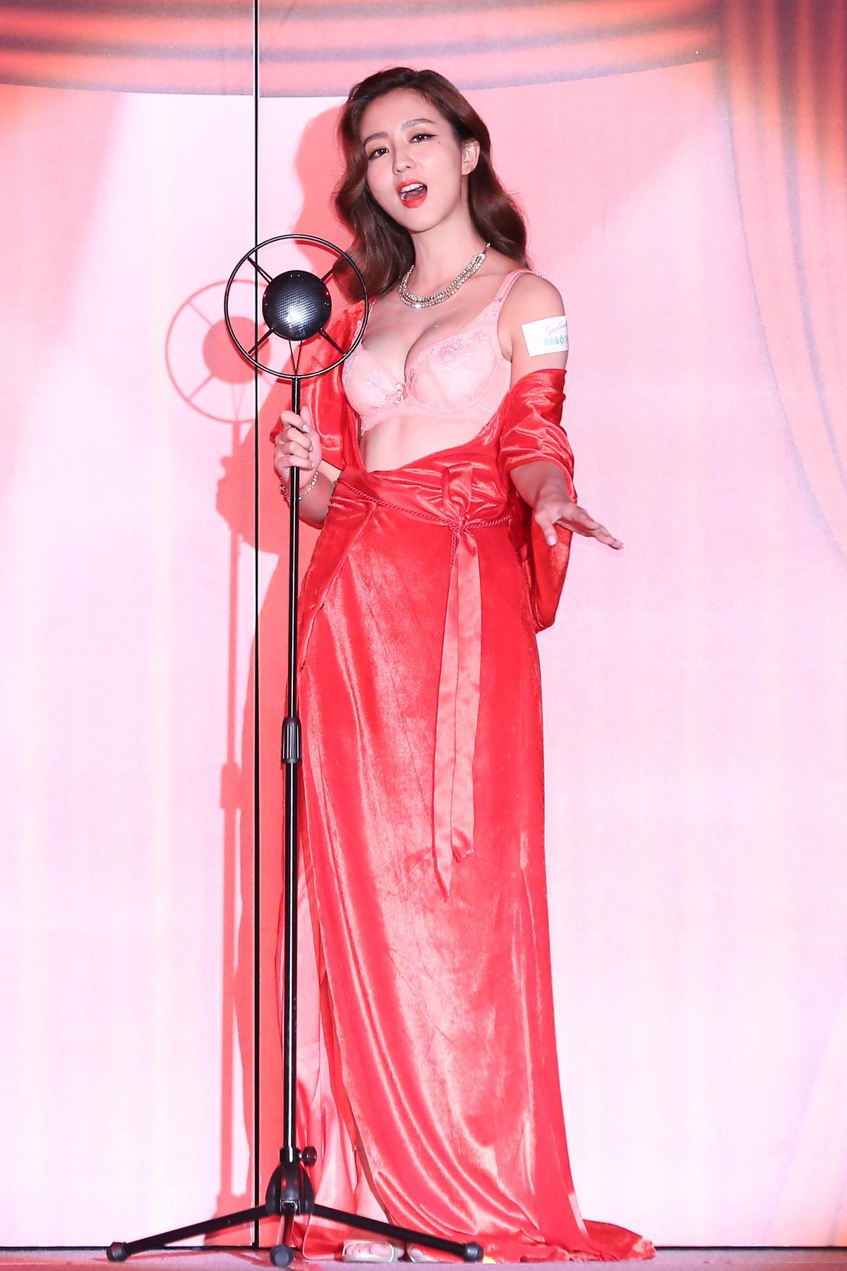 主辦單位營造天涯歌女形象,讓周曉涵的內衣秀頗有氣氛。