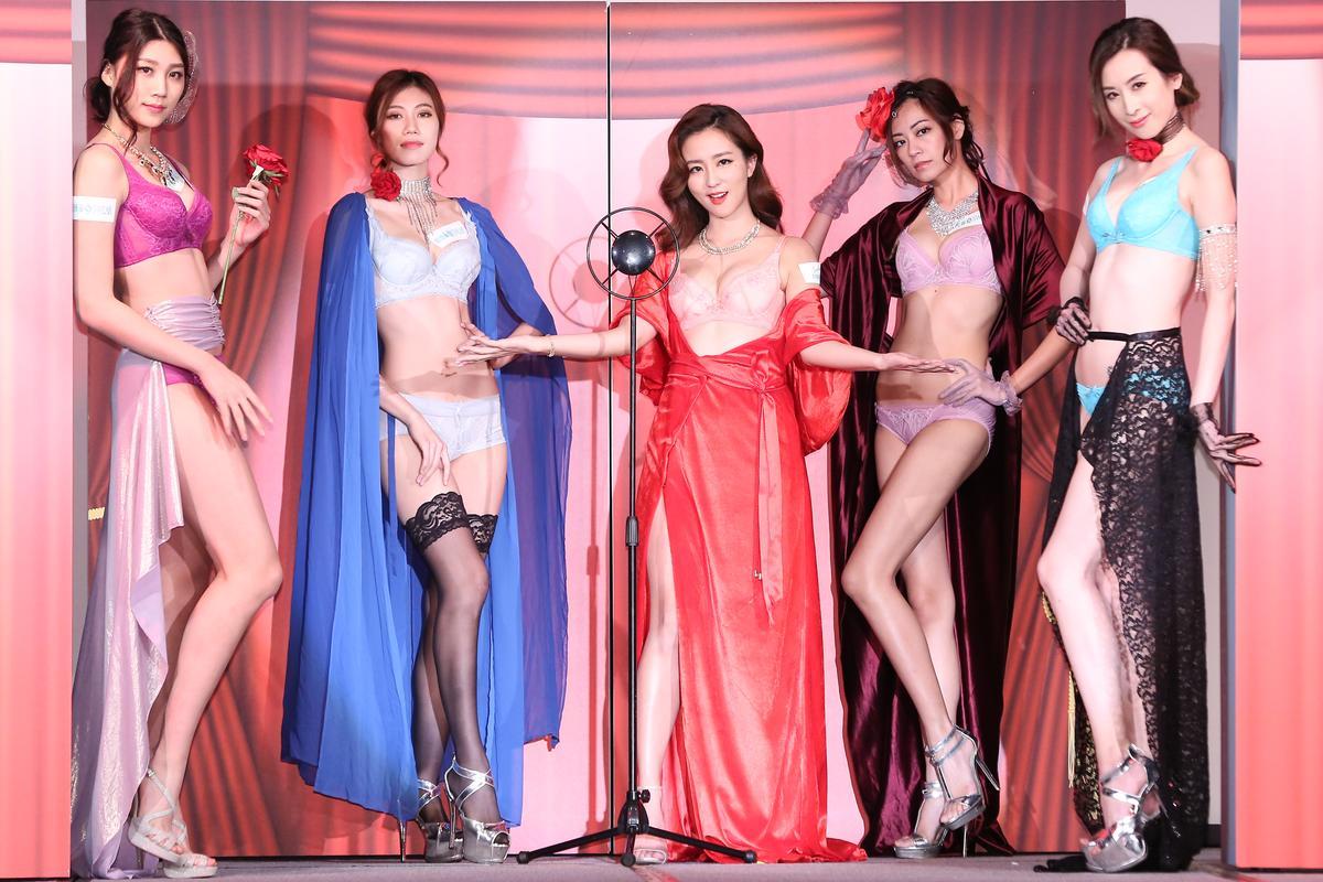 與一群女模出場亮相,周曉涵身材也不遜色。