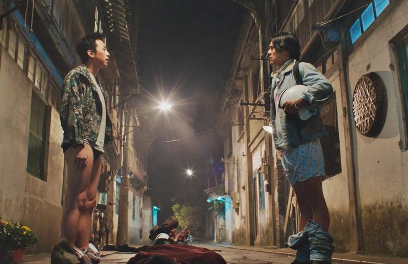 彭于晏與鄧超為了混混竟搞到「脫褲」,彭于晏的庫仔更要靠鋼絲協助才掉得下來。