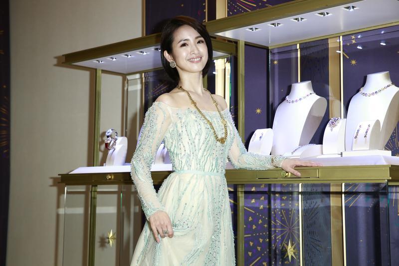 林依晨頂著俐落短髮,配戴億元珠寶,出席寶格麗珠寶展開幕。