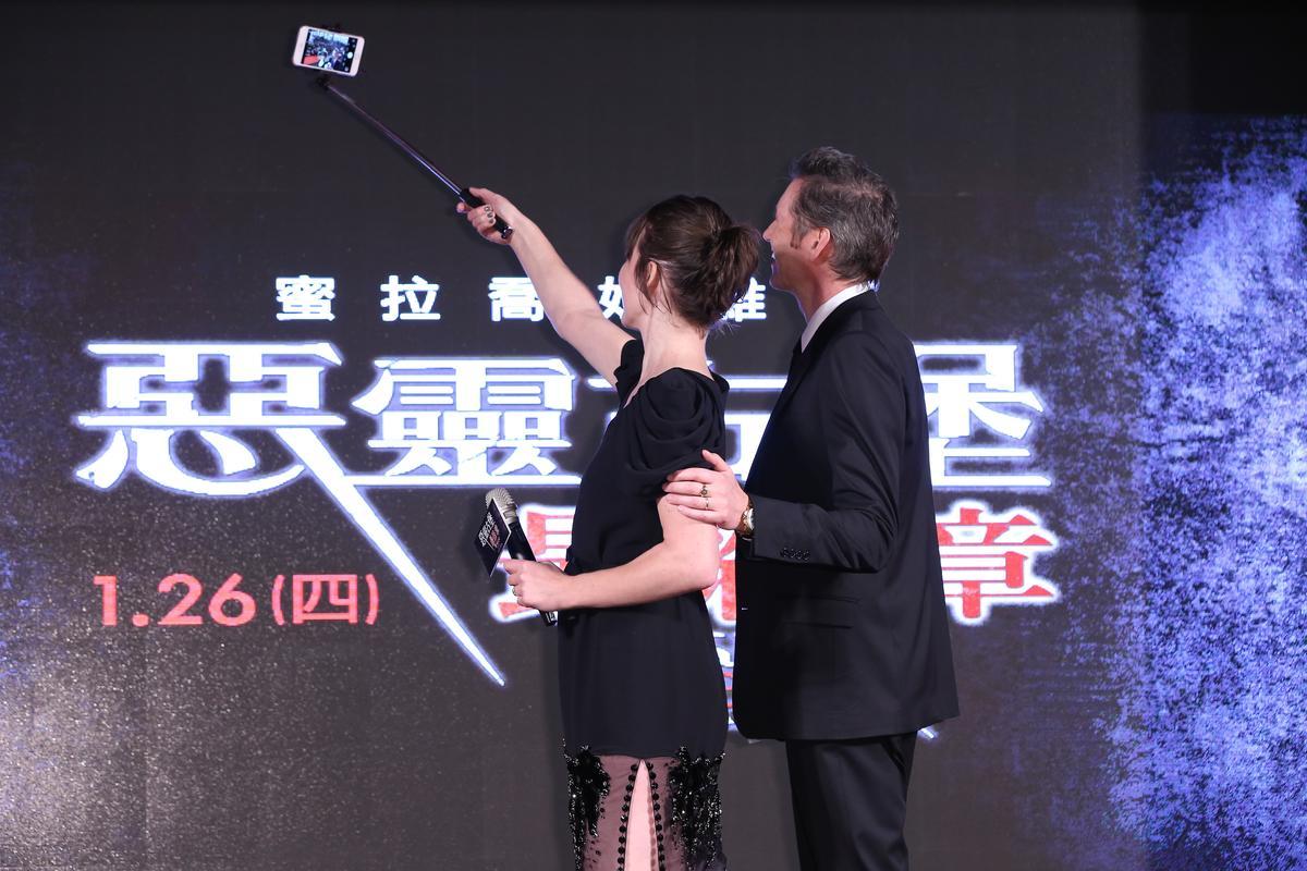 喬娃和導演老公來台宣傳電影,在台上大方自拍。