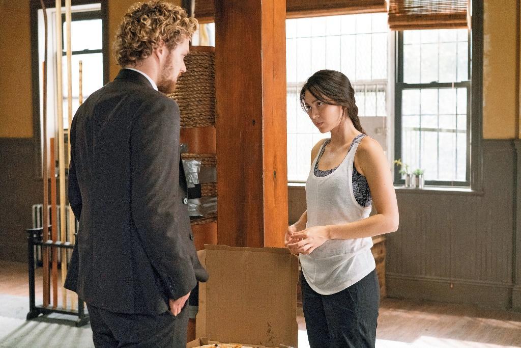 芬恩(左)和潔西卡在劇中培養出革命情感,許多影迷也等著看最後男女主角戀情是否開花結果。