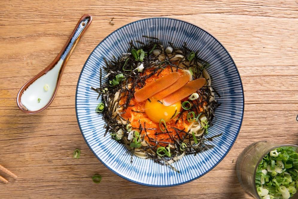 「日式月見辛味明太子扁麵佐烏魚子」是一道台日魚卵爭高下的邪惡美食,滋味濃郁極了,一吃難忘。(300元/份)