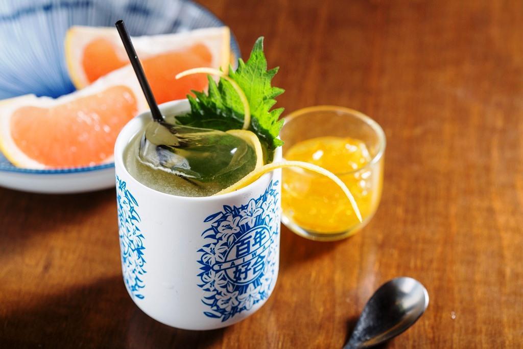 「柚~撫子抒情」在清酒裡倒入新鮮葡萄柚汁與蜂蜜柚子醬、紫蘇,裝盛在百年好合杯裡,相當討喜。(280元/杯)