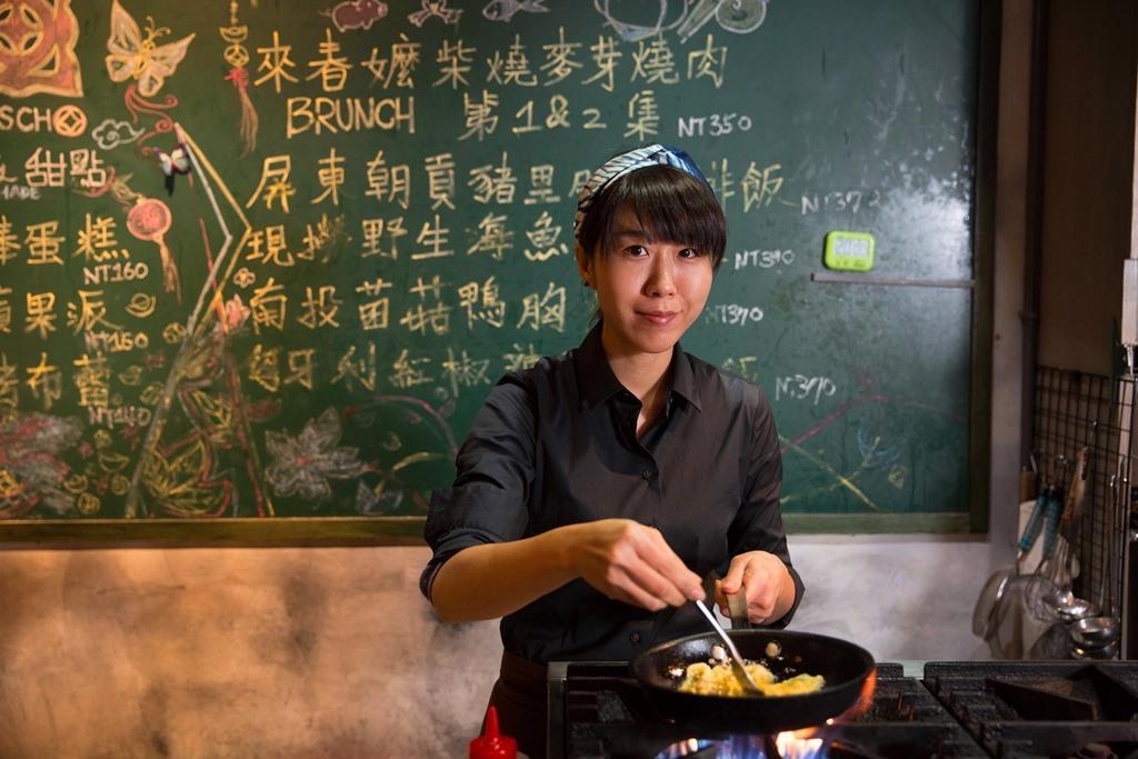劉怡瑱負責深夜食堂菜色,也會調酒。