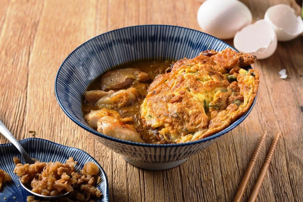 「寶萊塢印度風咖哩飯附菜圃蔥蛋」辛香咖喱醬汁配上菜脯蔥蛋,教人想起兒時古早味便當。(280元/份)