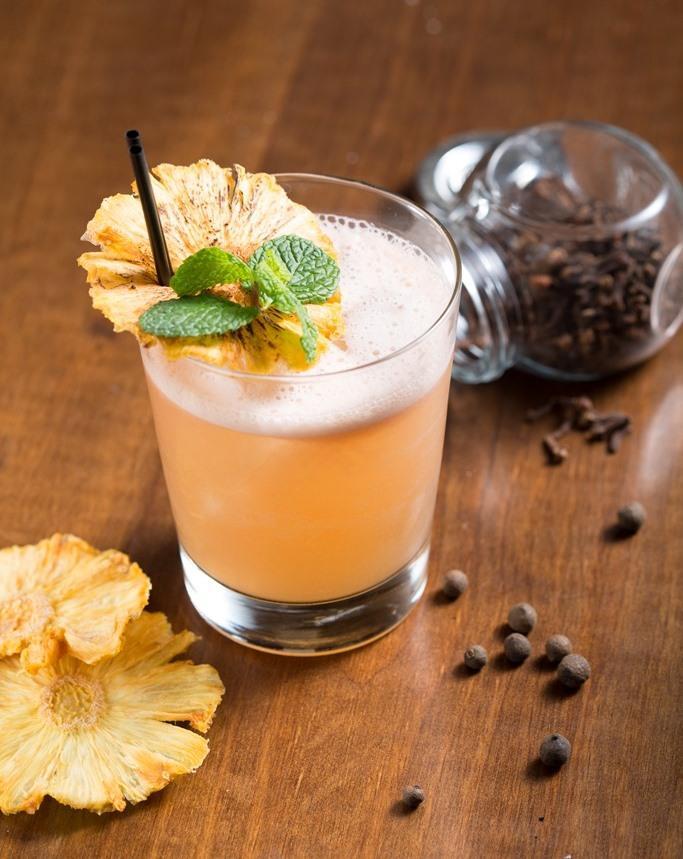 「陽光、鳳梨、辛香料」鳳梨汁、辛香料、蘭姆酒彼此烘托,即使人在都市,靈魂也能偷得一些慵懶。(280元/杯)