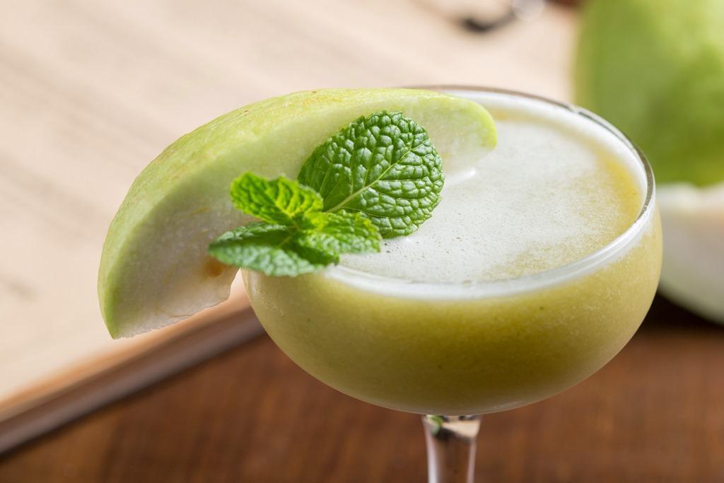 「墨西哥芭樂觀音園」由芭樂獨有香氣帶路,觀音茶、龍舌蘭基酒開展出一片自然青綠,喝來十分爽快。(280元/杯)