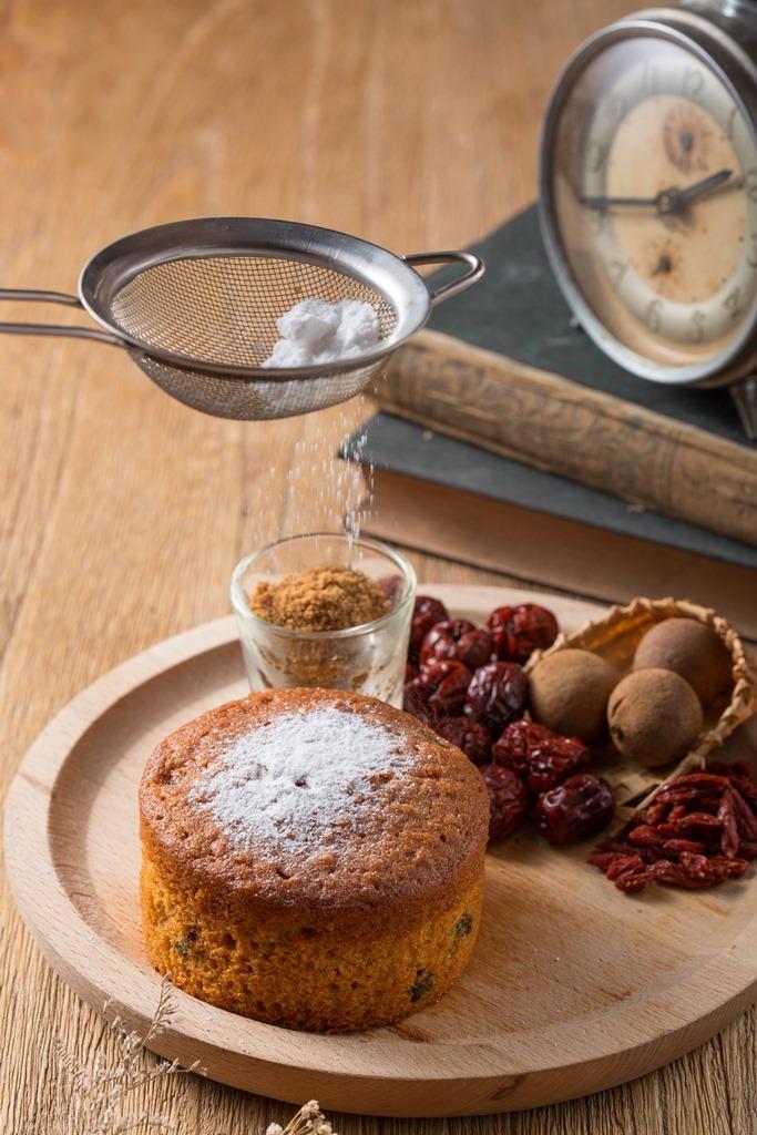 福來許招牌甜點「月老棒蛋糕」以桂圓、紅棗、枸杞、紅糖製作,很適合買去拜月老。(160元/份)