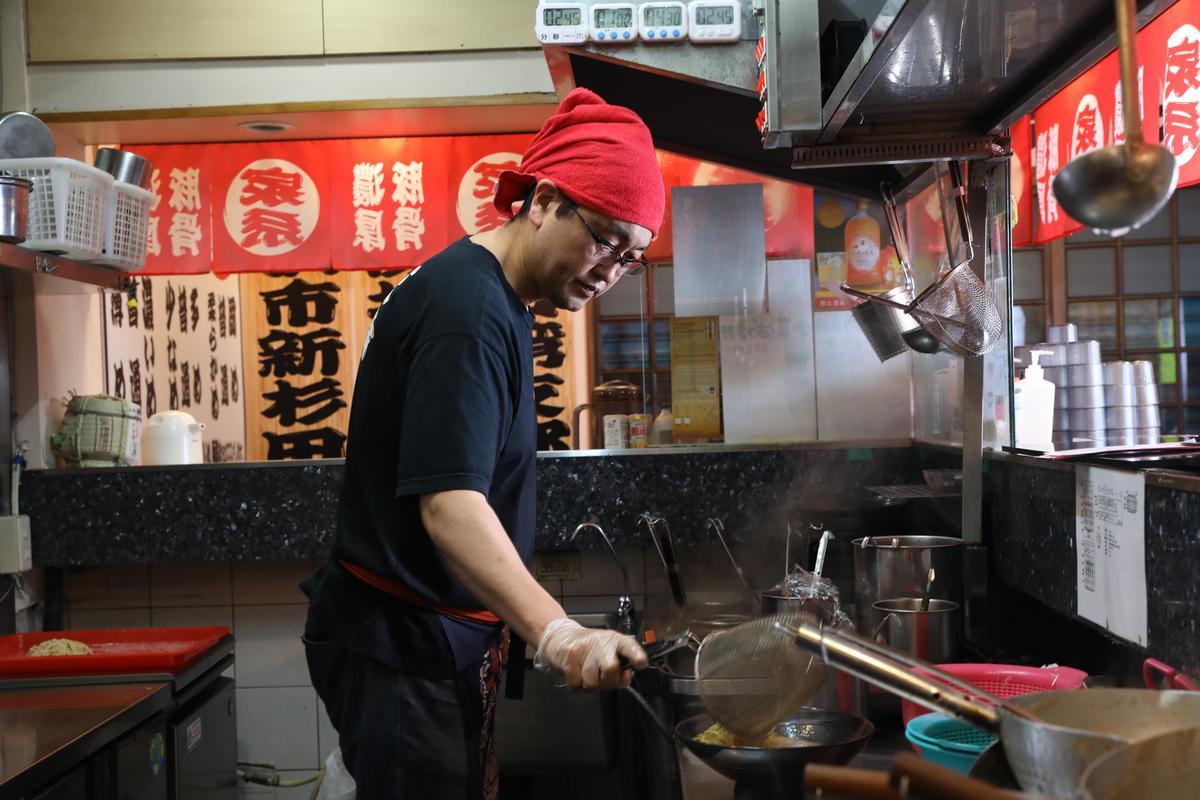 大塚健二喜歡台灣人的友善熱情,決定久居台灣賣拉麵。