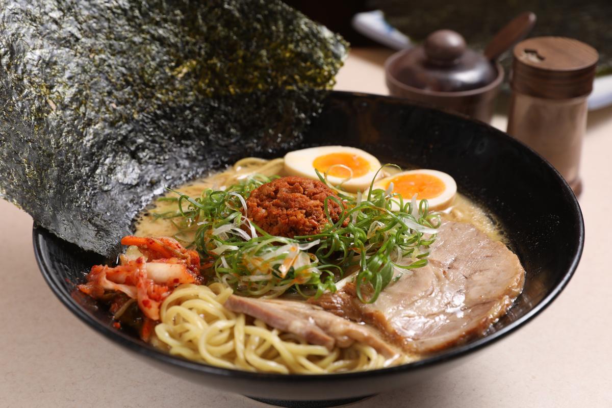 「黃金蛋豚骨RED DX拉麵」的辣味來自用十幾種辣椒和絞肉拌炒的肉醬,有日本客人會單點當下酒菜。(280元/碗)