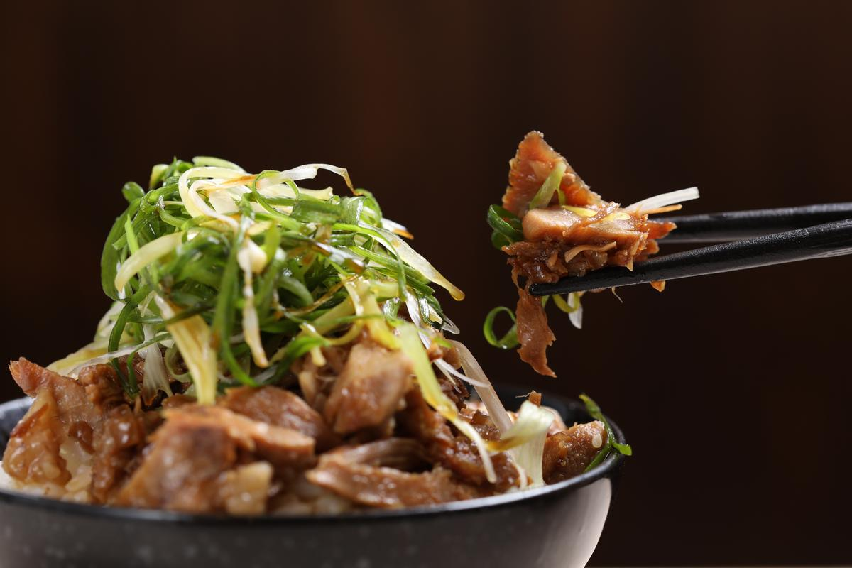 「蔥叉燒飯」的叉燒是用五花肉和梅花肉製作,配著拉麵吃較不會過鹹。(60元/小碗)