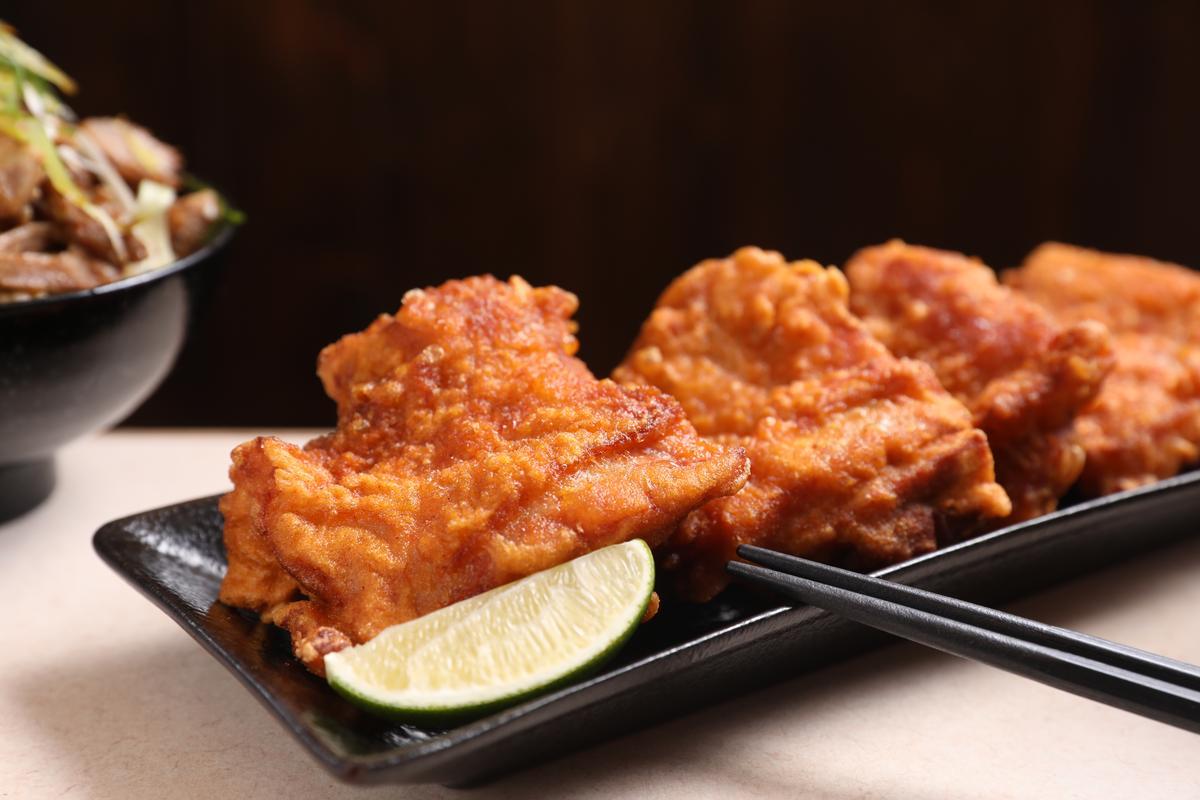 「大炸雞塊」的麵衣酥脆,雞肉鮮甜多汁,擠點檸檬汁更爽口。(140元/4塊)