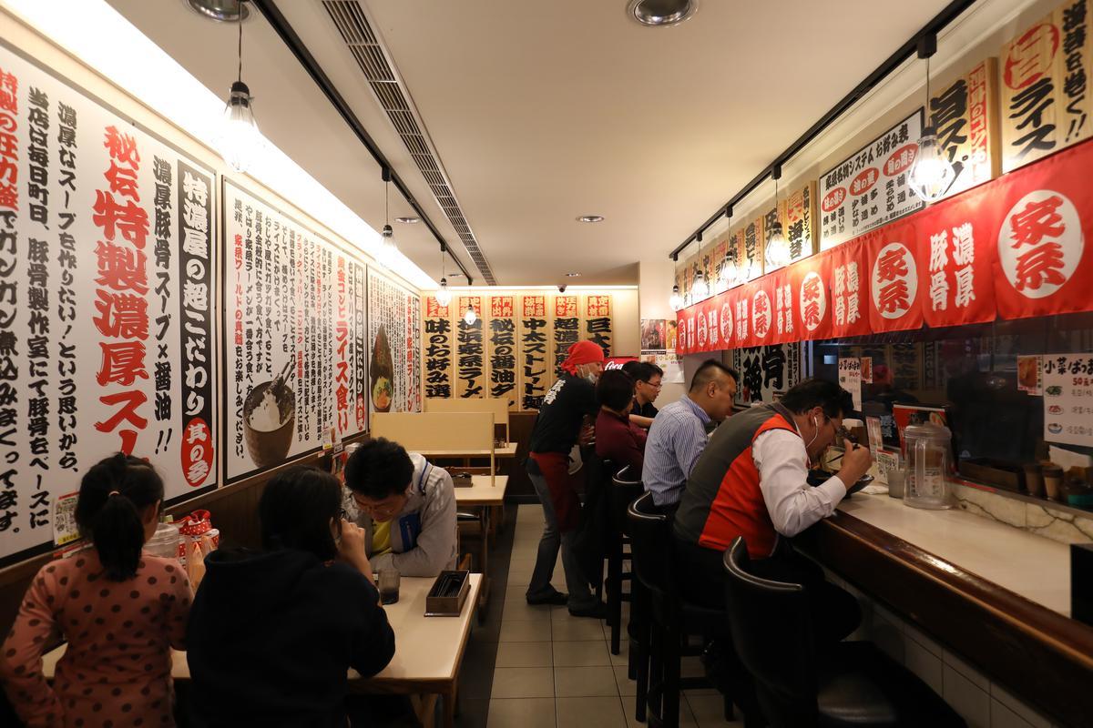 全日文壁飾讓人彷彿置身日本拉麵店。