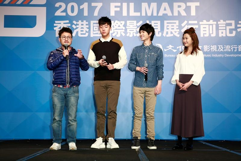 九把刀(左)帶著女主角陳珮騏(右)及兩名男主角鄧育凱(右二)、蔡凡熙(左二),宣傳新片《報告老師!怪怪怪怪物!》。
