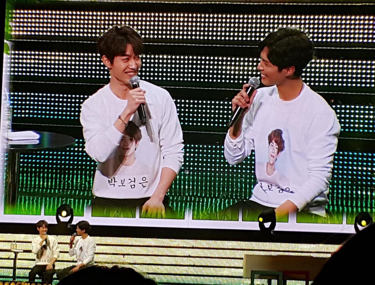 郭東延帶來印著「朴寶劍我的愛」白T恤現身,並強迫好友朴寶劍一同穿上。