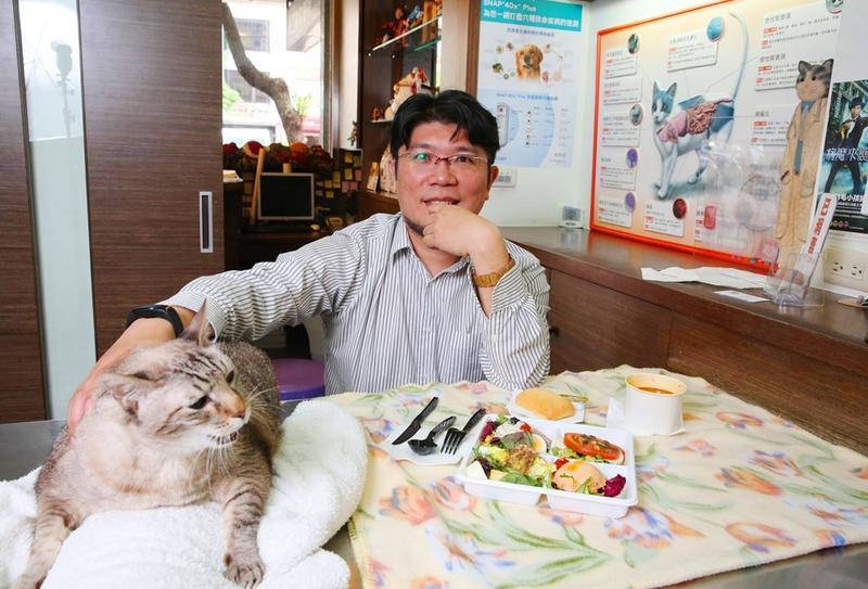 陳易成家裡有許多醫院救回來的病貓,只有診所裡的「阿蝦」是「無病領養」。