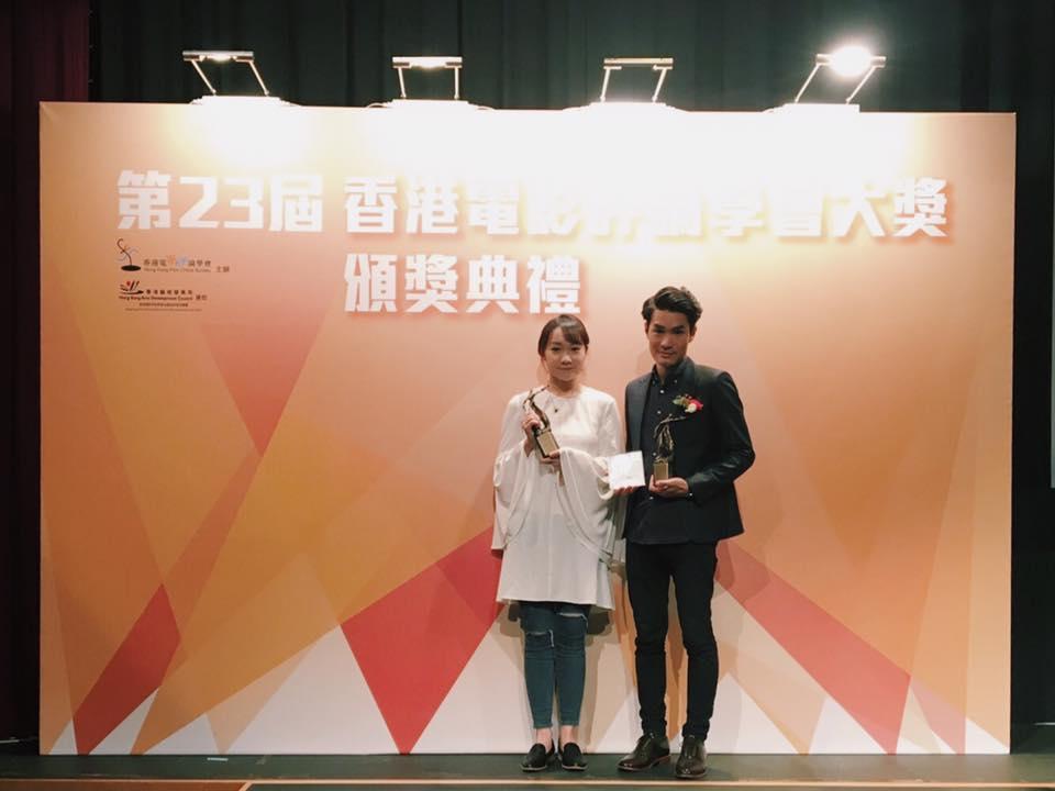 導演黃進(右)與編劇陳楚珩領取香港電影評論學會獎項。