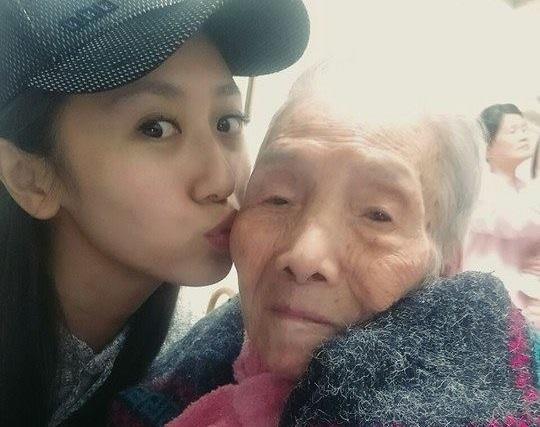 103歲高齡的奶奶7日辭世,蔡小潔慟喊遺憾。(翻攝蔡小潔臉書)