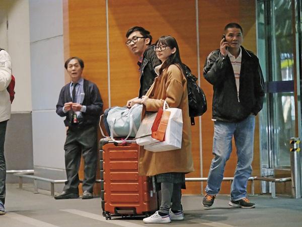 夫妻倆在機場外等候接機車輛。