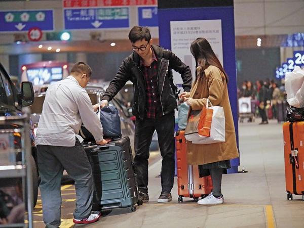 老公體貼地將行李扛上車。