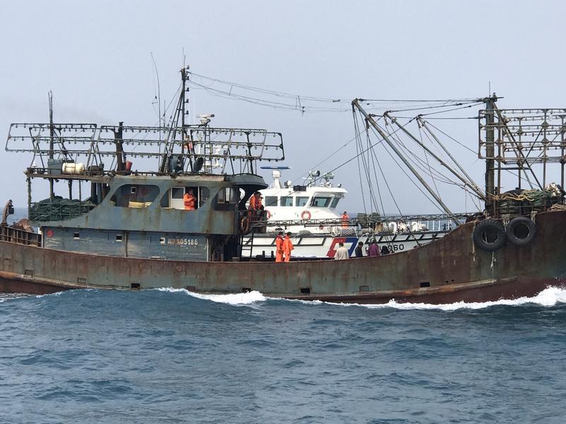 海巡執行護永專案時,在大安溪外查緝大陸「閩獅漁05186號」漁船越界捕撈。