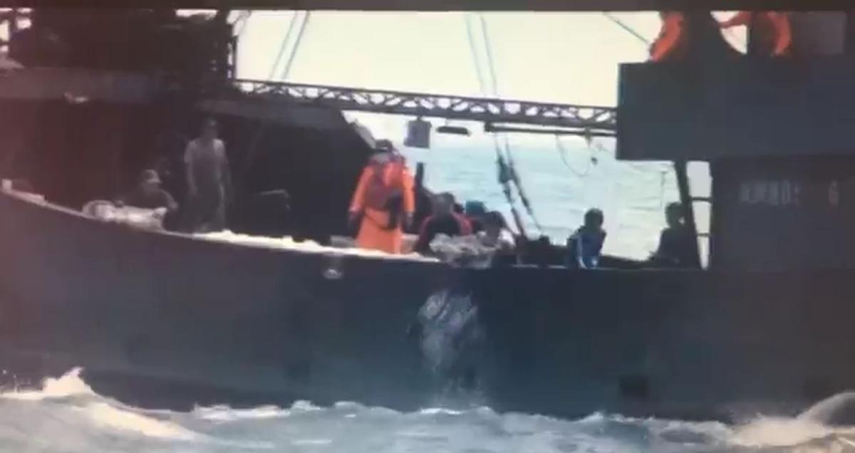 查緝隊員在違法漁船上查獲500公斤非法漁貨,並將其全數海拋。