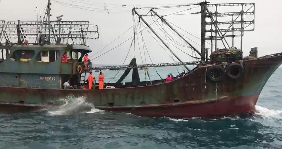 陸籍船長邱進興等9名船員,因多次越界捕撈,恐開罰新台幣180萬元。