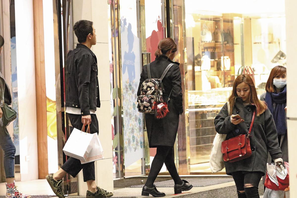 陳妍希在台灣出入不是由工作人員陪伴,就是自己一人行動,背影看起來頗為寂寞。