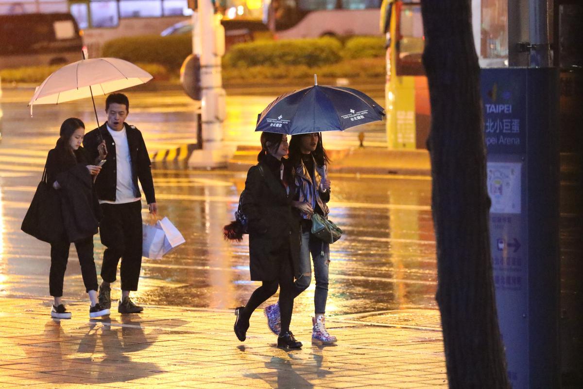 工作人員陪陳妍希(左)吃完有點晚的晚餐後就離開,陳妍希單獨一人回家,跟單親媽媽沒啥兩樣。