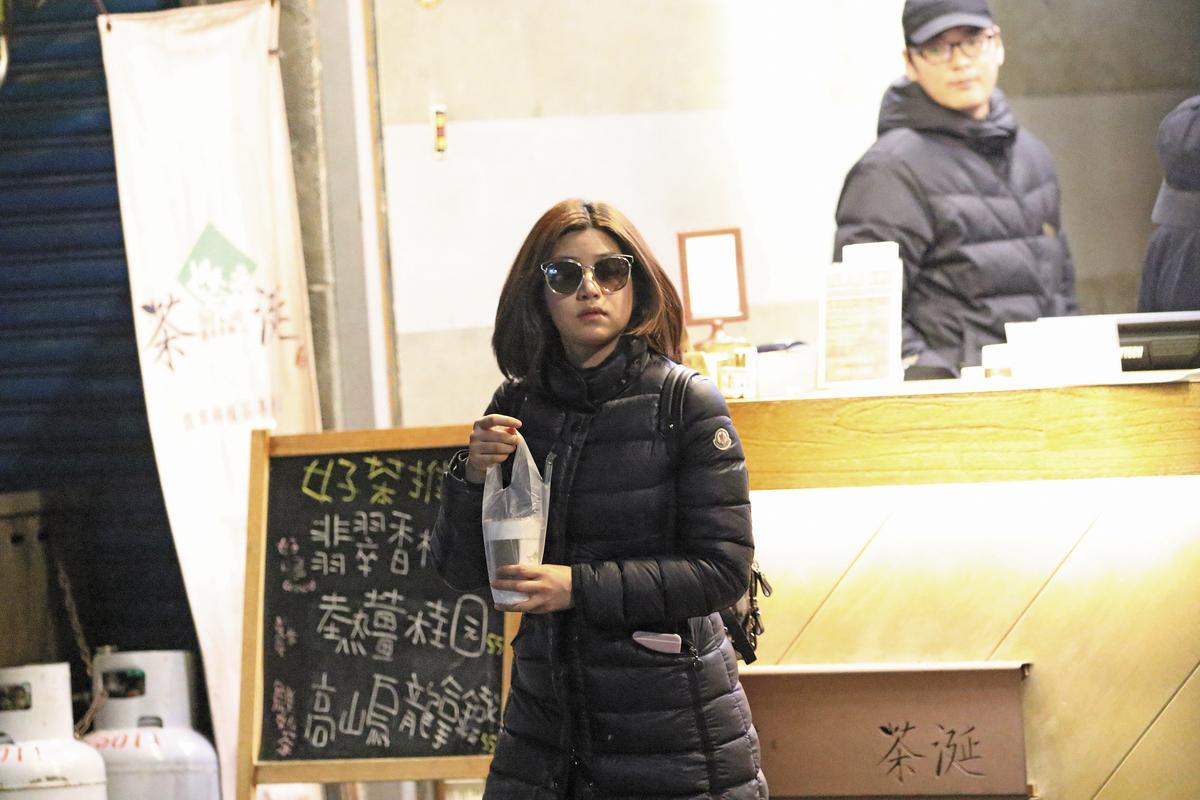 雖然已經晚上,但陳妍希堅持一定要戴墨鏡,修飾臉型的意圖明顯。