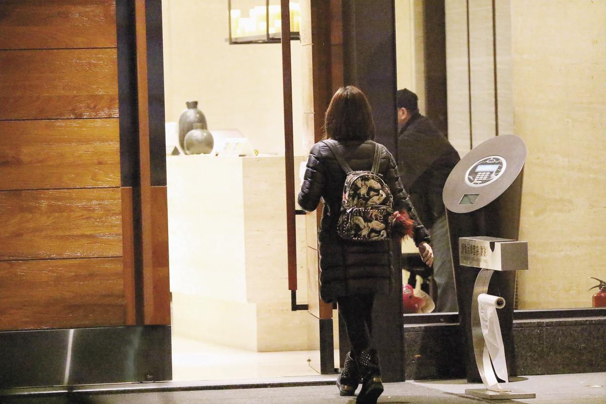 陳妍希新、舊家兩邊跑,但都是一人行動,形單影隻的比率很高。