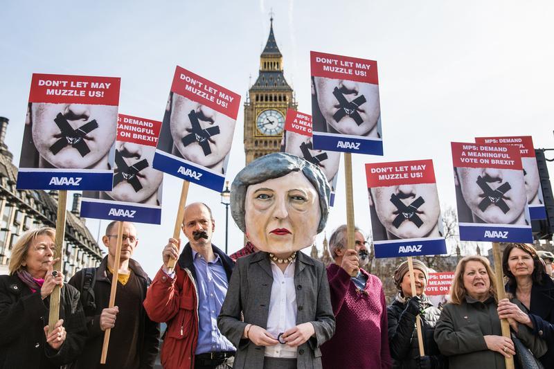 英國民眾在下議院外抗議脫歐,很不幸,下議院依然支持首相梅伊的方案。