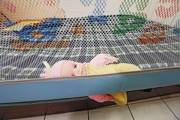 不合格的床邊護欄,仍在台灣各大母嬰用品店販售。