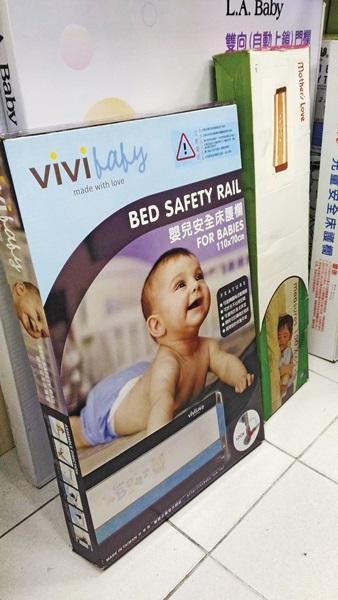 聖嬰公司所販售的「vivi baby嬰兒安全床護欄」問題產品,仍在不少母嬰用品店中販售。