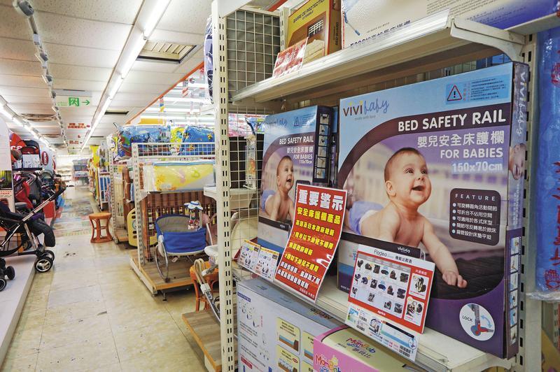 部分知情的新北市母嬰用品店業者,在商品旁主動加註警語。