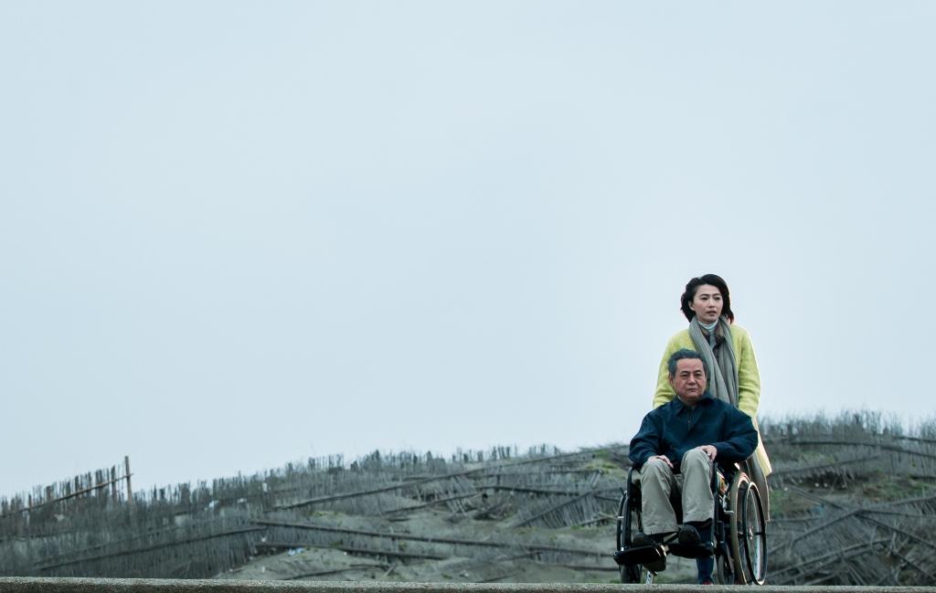侯怡君(後)、蔡振南主演的《媽媽不見了》,劇情描述高齡化社會長照與女性議題。(民視提供)