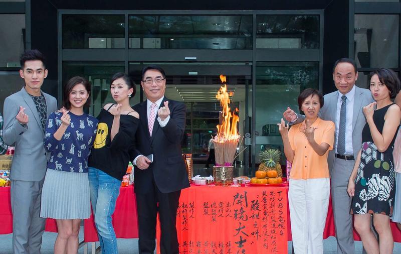 TVBS執行副總楊盛昱(左四)積極投入每一部台內新戲製作。(TVBS提供)