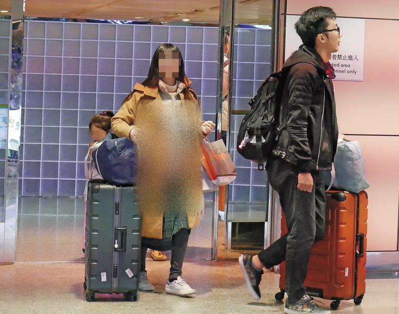 優格姐姐和老公步出機場,明顯可見身材圓潤孕肚藏不住。